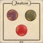 Bouton bois buis rouge, vert et violet avec gravure feuille