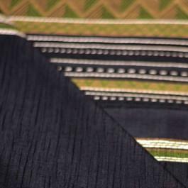 Tissu noir à motif ethnique vert