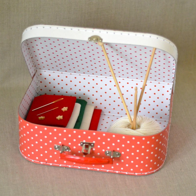 Kit couture tricot et crochet enfant malette a a patrons for Kit boite a couture