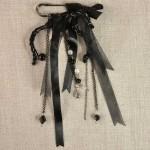 Epingle avec noeud satin et organza perle laine et chainettes