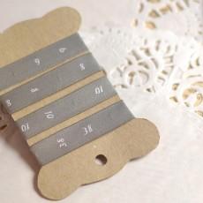 Étiquettes de taille numérotées blanc sur gris