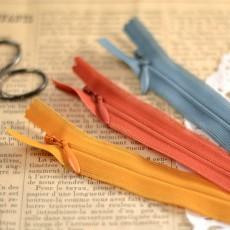 zip invisible jaune moutarde 848, rouille 850 et bleu 575