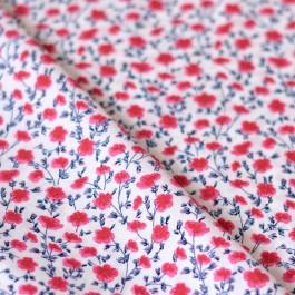 Tissu fleurs rouge et bleu sur popeline de coton blanche
