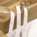 Étiquettes de taille bébé or sur blanc