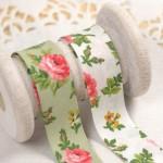 Biais fleurs vintage rose sur fond vert ou blanc