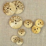 Bouton coco écru décor arabesque