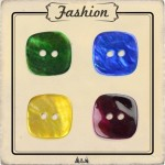Bouton nacre carré bleu, vert, jaune et rouge prune