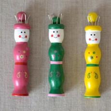Tricotin en bois jaune, vert et rose pour enfant bonhomme
